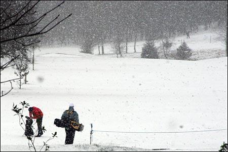 snow_golf_walking.jpg